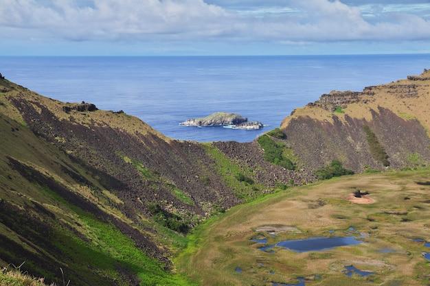 Krater van de rano kau-vulkaan in rapa nui paaseiland chili
