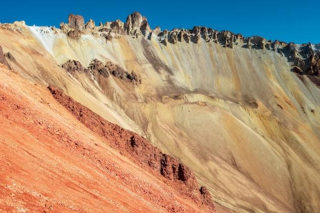Kratererosie van de tunupa-vulkaan in bolivia tegen zonnige ochtend