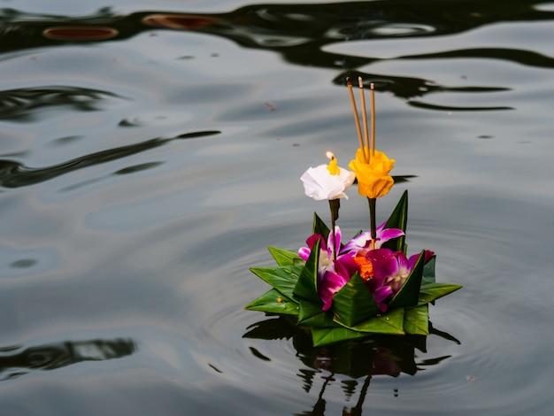 Kratong drijvend op de rivier in loy krathong-festival