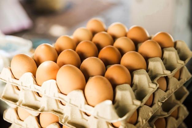 Kratten met biologische eieren op de markt