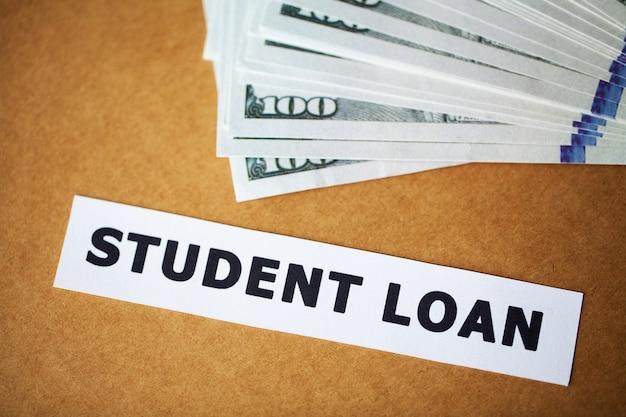 Krediet. studentenlening op witte kaart wordt geschreven die
