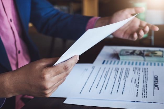 Kredietovereenkomstconcept, bankpersoneel, kredietafdeling praten met klanten om een lening in de kantoorruimte te plannen.