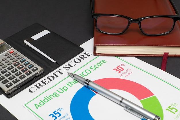 Kredietscorerapport met toetsenbord en kladblok.