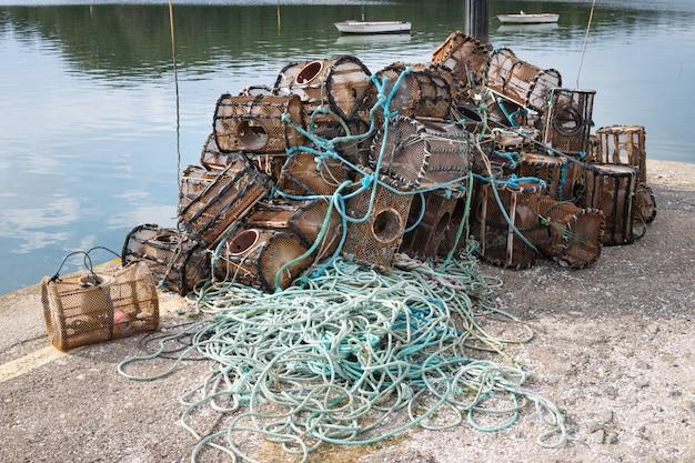 Kreeft en krabpotten op een dok