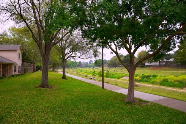 Kreekpark met spoor en groen gazongras
