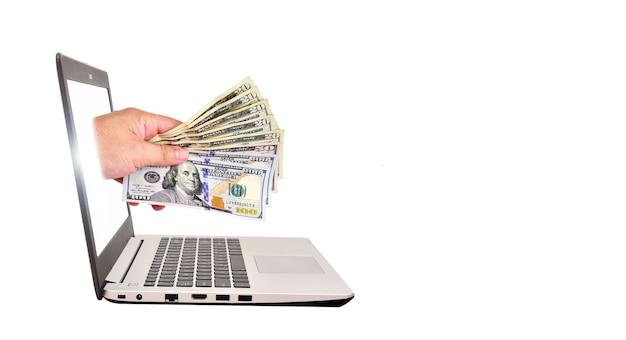 Krijg geld van online zaken met amerikaanse dollar in de hand. bedrijfsconcept.
