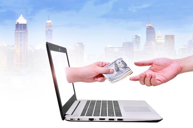 Krijg geld van online zaken met amerikaanse dollar in de hand bedrijfsconcept