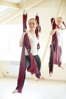 Krijger yoga zit in hangmat