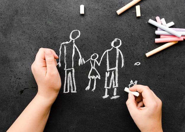 Krijt die op bord met familieconcept trekken