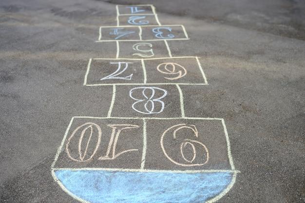Krijt-geschilderd hinkelen op asfalt