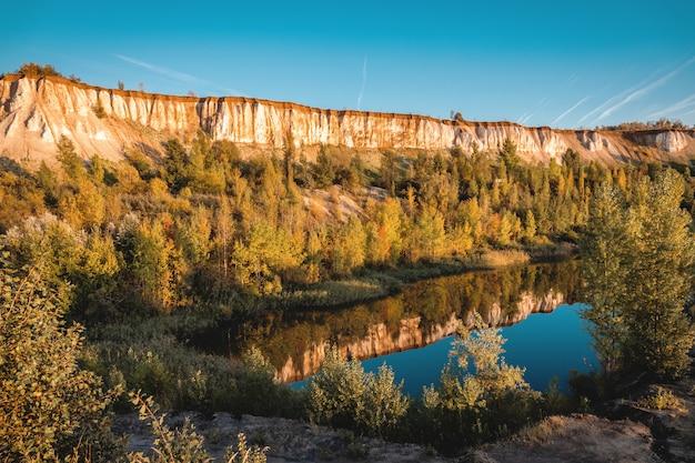 Krijtbergen en natuur, een meer en een prachtig landschap