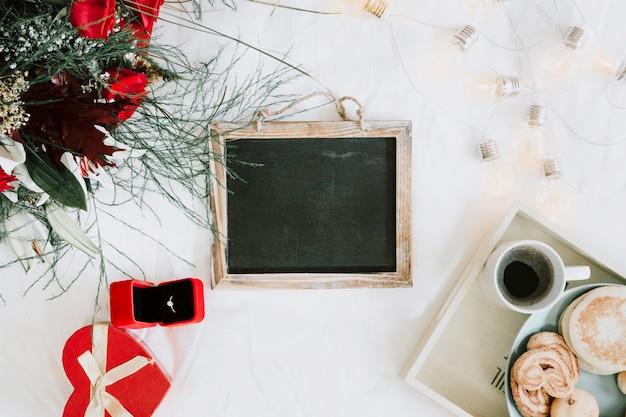 Krijtbord bij het ontbijt en ring met boeket