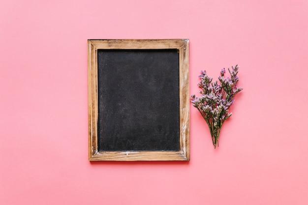 Krijtbord en kleine bloem