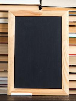 Krijtbord en krijt, tegen boeken, exemplaarruimte.