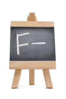 Krijtbord met de letter f en het symbool - erop geschreven