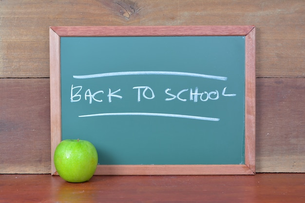 Krijtbord met de tekst terug naar school
