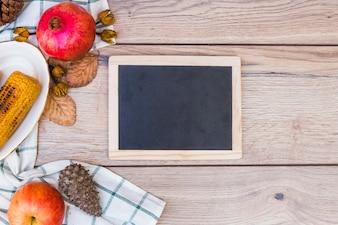 Krijtbord met gegrilde likdoorns op tafel