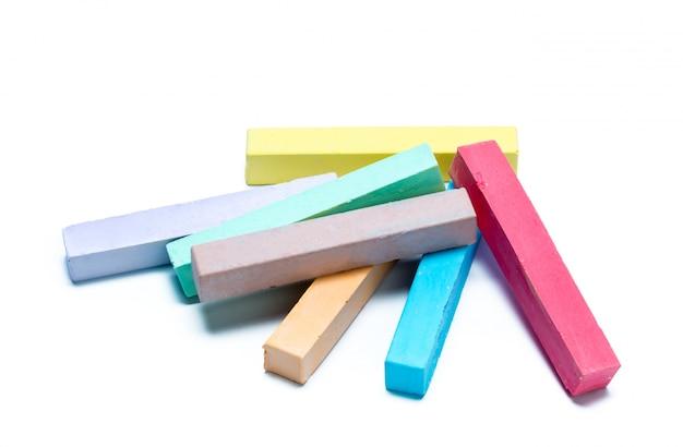 Krijtjes in verschillende kleuren gerangschikt op een witte achtergrond