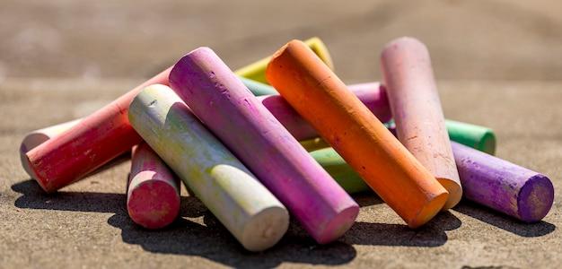 Krijtstok diverse kleuren close-up, regenboog kleurrijke krijt pastel voor kleuters, kind stationair voor kunstschilderonderwijs, gelijkheid of lgbt gay pride-vlag of mooi levensconcept