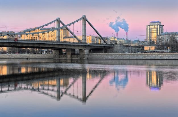 Krimsky-brug in de ochtend moskou