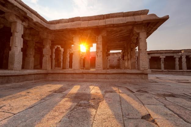 Krishna temple op zonsondergang. hampi, karnataka, india