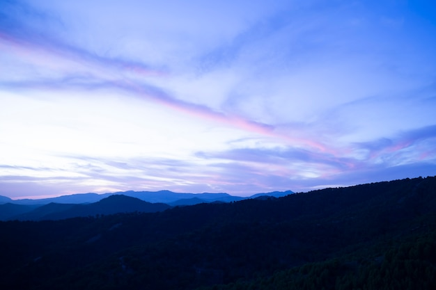 Kristal blauwe hemel met bergen