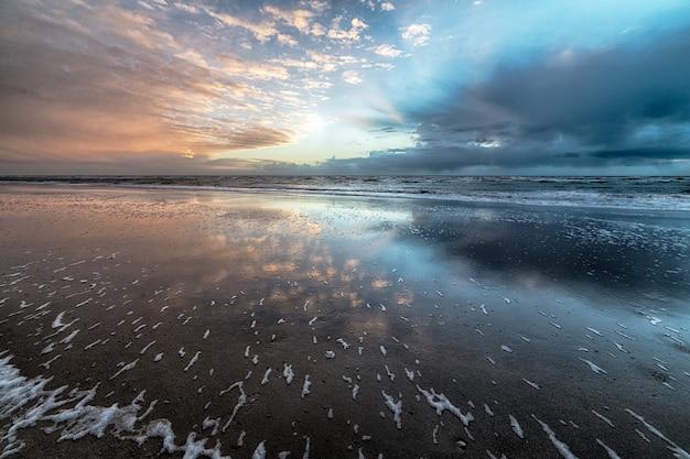 Kristal oceaanwater onder de heldere zonnige hemel