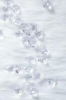 Kristalijsblokjes op winterwitte vacht