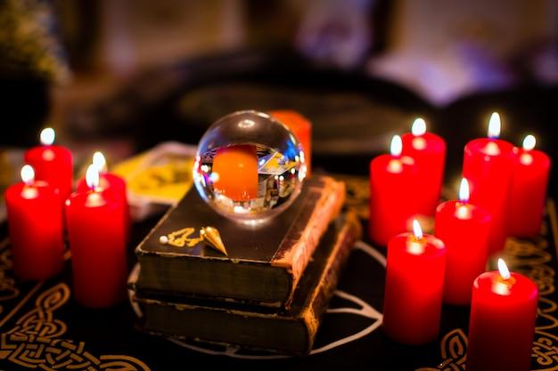 Kristallen bol in het kaarslicht om te profeteren