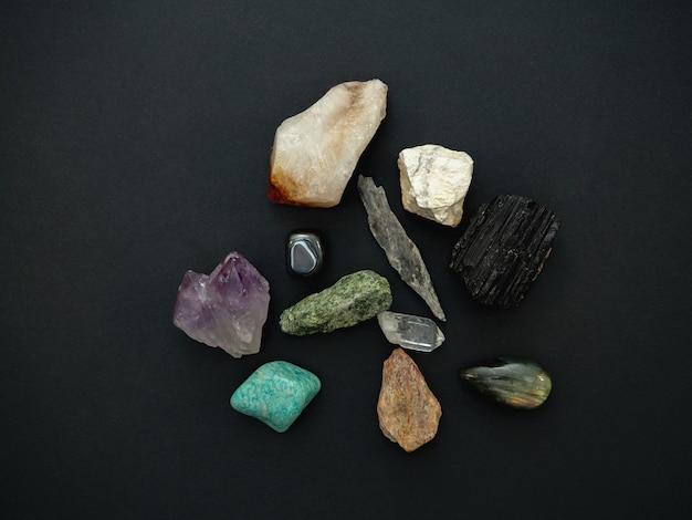 Kristallen geïsoleerd op een donkere ondergrond