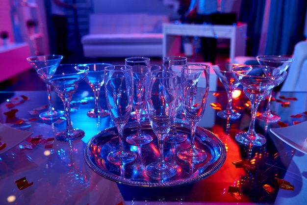 Kristallen glazen op tafel voor de partij