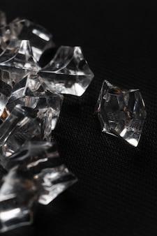 Kristallen in de zwarte tafel