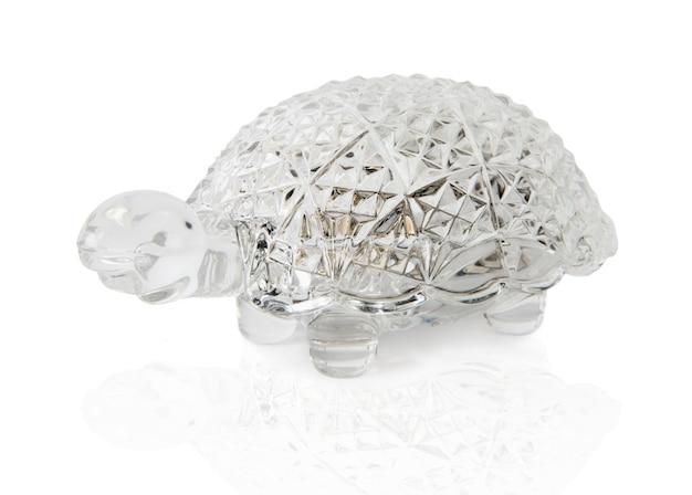 Kristallen kist in de vorm van een schildpad mooie kristallen kist in de vorm van een schildpad voor sieraden geïsoleerd op een witte achtergrond