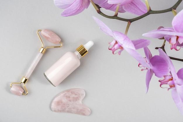 Kristallen rozenkwarts gezichtsroller, massage tool gua sha en anti-aging collageen met orchideebloemen