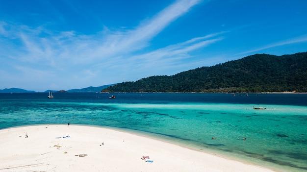 Kristalwater en wit strand in koh lipe in satun, zuidelijk thailand