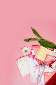 Kritieke dagen. vrouw hygiënische bescherming, menstruatie, katoenen tampons, maandverband