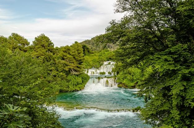 Krka rivier watervallen in het nationaal park krka, kroatië