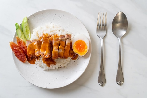 Krokant buikspek op rijst met rode barbecuesaus