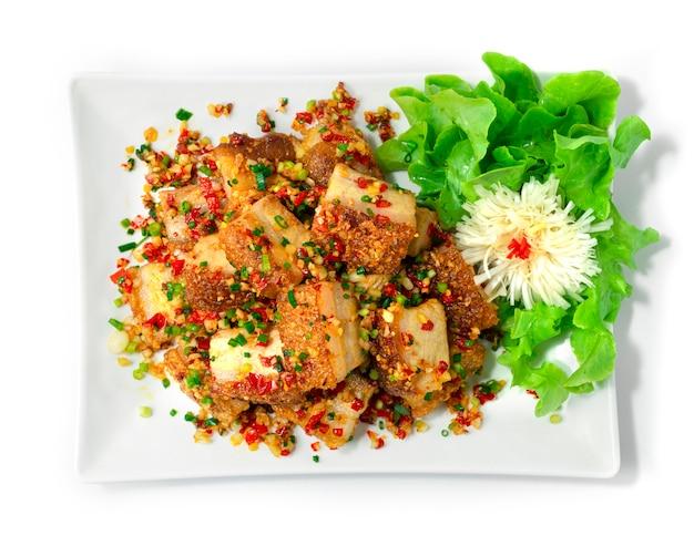 Krokant buikspek roergebakken met chili en zout pittig lekker fusiongerecht combinatie thais eten en chinees eten stijl bovenaanzicht