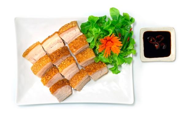 Krokant buikvarkensvlees hong kong-stijl bruine huid zo krokant geserveerd zwarte sojasaus versier wortel en groente bovenaanzicht