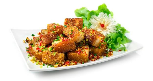 Krokant buikvarkensvlees roergebakken met chili en zout pittig lekker fusiongerecht combinatie thais eten en chinees eten stijl zijaanzicht