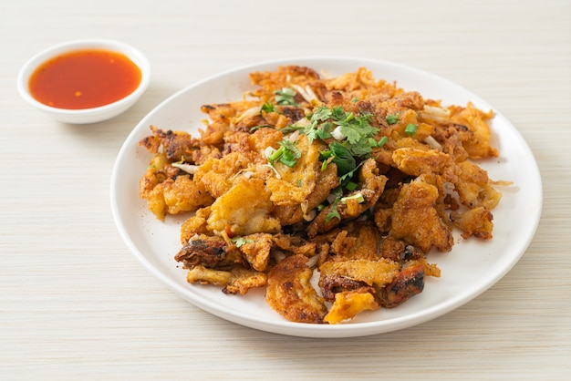 Krokant gebakken mosselpannenkoek met ei - thaise streetfoodstijl