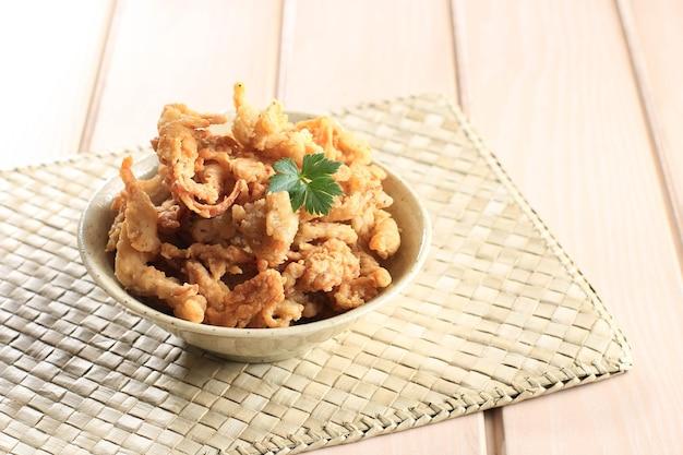 Krokant gebakken oesterzwam of jamur krispi. oesterzwam bedekt met gekruide bloem en depp fried. meestal geserveerd met tomatensaus