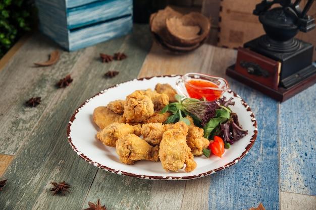 Krokant gefrituurde kippenvleugels met groenten
