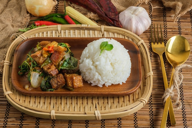 Krokante buikspek met thaise basilicum. klassiek thais gerecht