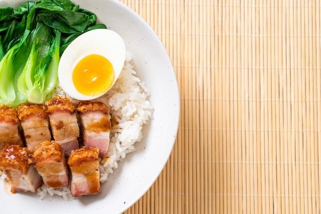 Krokante buikspek op gegarneerde rijst