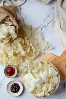Krokante chips met tomatensaus snack concept.