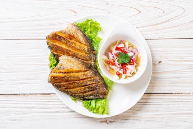 Krokante goerami's met pittige salade