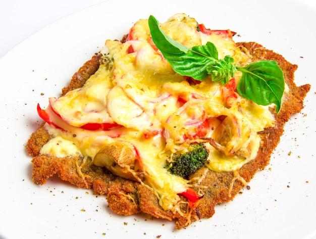 Krokante kalfsschnitzel met kaas, tomaten, paprika, broccoli en champignons