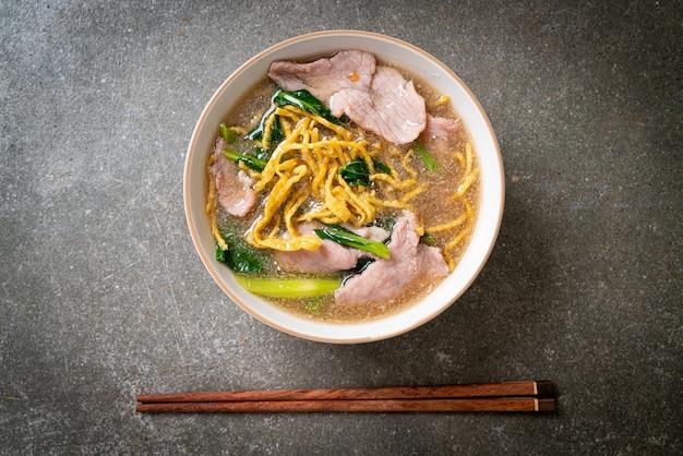 Krokante noedels met varkensvlees in jussaus - aziatisch eten